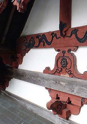前包み、肘木、虹梁など3段の横架材の上端に水切りを取り付け、妻壁を塗り直す。