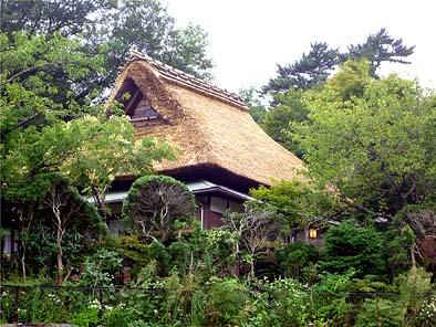茅葺き屋根の修繕が完了した強羅山荘の主屋