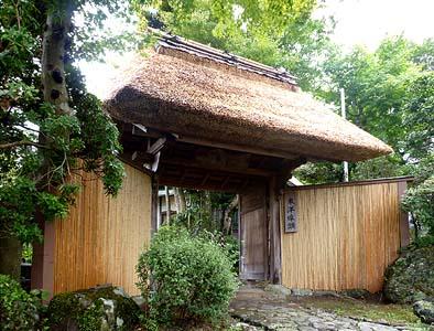 門の茅葺き屋根も今回修理されました