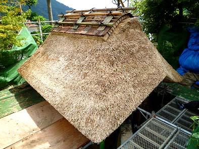 門の茅葺き屋根の近景