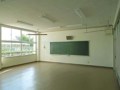 教室内部。 教室内部も改修が行われました。壁の色が明るくなり、学習しやすい環境に仕上がりました。