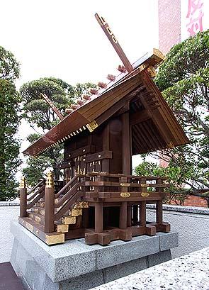 竣工、神明造りの社殿を見上げる