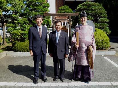 式典を終えて。中央に広瀬久信組合長、右に武田神社の土橋俊彦権禰宜、左に弊社代表の石川重人