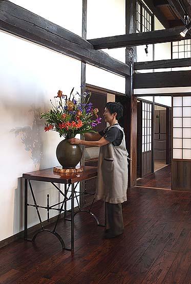 作品展当日、会場に花を飾る山下家の奥様の律子さん