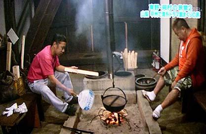 囲炉裏や釜戸を使って煮炊きする旅猿の一行