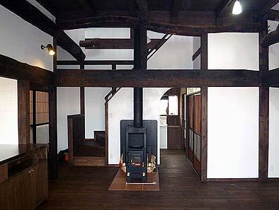 竣工内観 ストーブのある一階居間