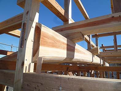 伝統工法の小屋組み。長尺の丸太梁がホゾ差しや栓によって組まれている。