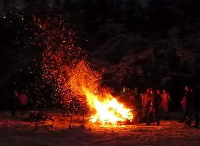 1月14日夕刻、向嶽寺の広場で「どんど焼き」が始まります。