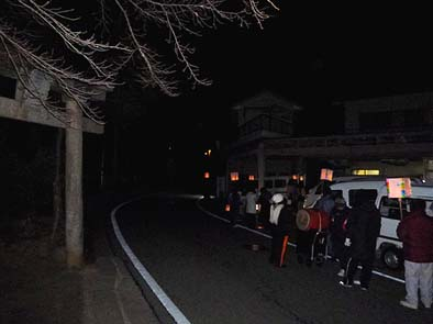 1月7日、子供たちが灯篭を持って町内の各家を回ります。