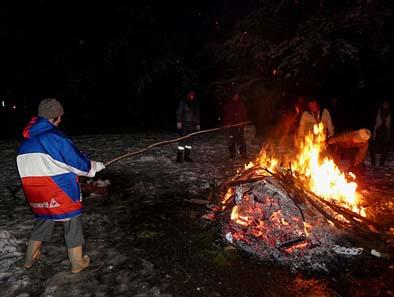 団子を吊るした針金を棒の先につけて火にくべます。