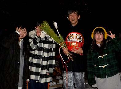松飾に破魔矢にダルマ、燃やして1年の厄を払います。