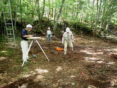 倒木で部材が下敷きになっているような所は、その倒木を切り刻んで取り除き調査を行った場所もありました。全ての山小屋に於いて礎石の大きさや位置の確認が出来、写真や平板測量で記録する事が出来ました。
