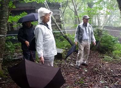 調査業務の監修をいただいている山梨県文化財審議委員の清雲俊元様と山梨県立博物館勤務の堀内真様が調査の見分に訪れました。あいにくの小雨模様でしたがお二人とも元気に全コースを踏破されました。