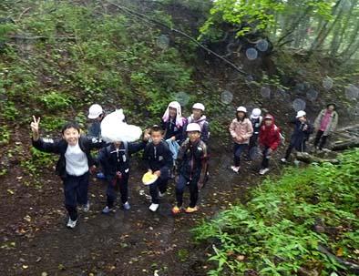 地元小学校の生徒たちが上ってきました。登山道は木々や苔が生い茂り、石畳の道もあり空気もたいへん清浄で心地よく、野草も美しく歩くのに楽しくなるような道でした。思いのほか登山客も多く、何人もの方々とあいさつを交わすことができました。