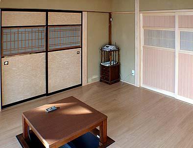 竣工内観 居間。愛犬のために畳を床に張り替え、掘り炬燵を設置、一部耐震壁と建具を新調する。