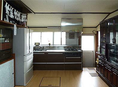 竣工内観 ダイニングキッチン。キッチンセットは取り換え、床は張り替え、天井は塗装をやり直した。