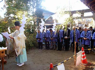 氏子総代が大勢集まる中、日原宮司様によって上棟際の神事がにぎにぎしく行われました。