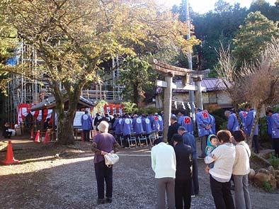 神部神社の森で、大勢の人が見守る中で・・・