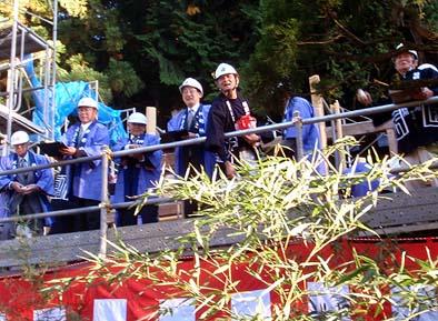 総代役員、工匠、来賓が壇上に上がって餅まきが始まりました。