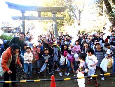 地元の小学生がこんなに大勢集まってくれました。