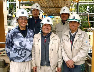 工事に従事した弊社大工。前列左から井上棟梁、岩間、伊藤。後列左から、近山、坂本です。氏子総代の皆様にはたいへんお世話になりました。
