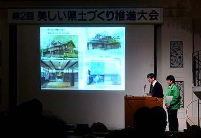 事例発表に臨むNPO代表の石川と柳通