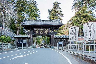 竣工 道路から冠木の下端まで4.2m以上あって、大型バスもくぐる大きな高麗門形式の総門です。