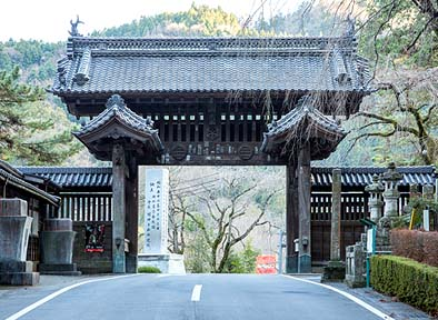 竣工 傾いた控え柱もほぼ直り、美しい外観となった総門。