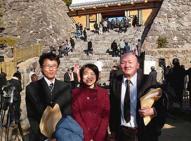 左から弊社の井上棟梁、同じく松崎監督、奈良県の橋本瓦工業㈱の橋本氏