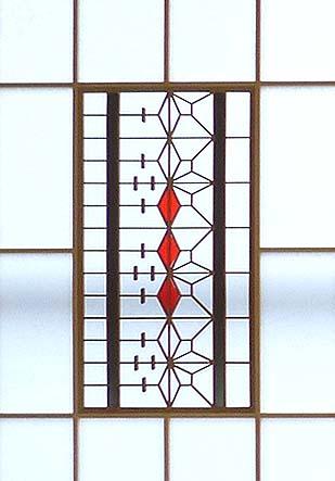 古い欄間に赤いステンドグラスを入れて作った創作障子