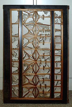 古材ギャラリーで選んだふすまは最初はこのようなものでした。外周の黒い縁をはずし洗って修理し、これに赤いステンドグラスを組み込みました。