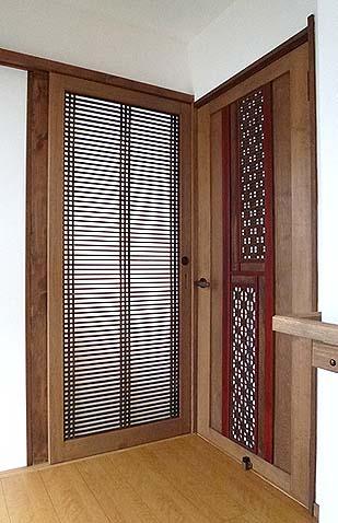 同じく古い欄間を使った建具です。左側はトイレに通ずる片引き戸、右側は脱衣場へ向かう開き戸です。
