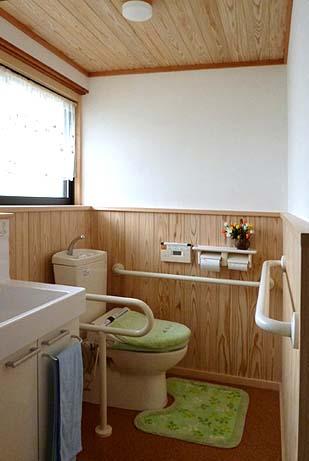 清潔感のある明るい部屋になったWC。床は暖かく水に強いコルクタイル貼り、衛星器具は既存を撤し新設、壁は漆喰塗り、腰壁は杉板張り、天井はEP塗装、洗面器の上には棚を設ました。