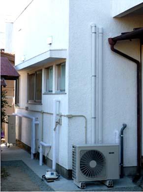 リフォーム工事竣工外観 住宅の北側にあって目立たない場所ですが、給排水管やボイラーや空調器といった生活するのに重要な機能が集中しています。