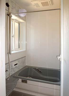 竣工 風呂はユニットバスに取り換えました。既存のパイシャフトを室外に出すことで、狭かった浴室に必要な広さを確保しました。
