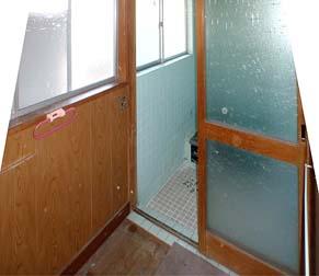 着工前内観 洗面室から浴室を見る