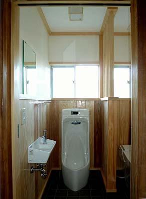 竣工WC 内装仕上げをやり直し、和便器を洋便器に取り換え、間仕切り壁を小さくし広さを演出しました。