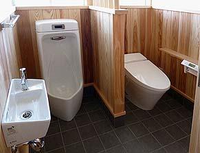 竣工WC 壁は漆喰塗り、床は敷き瓦風のタイル敷き、腰壁は杉板張り。清潔感のある和の空間になりました。