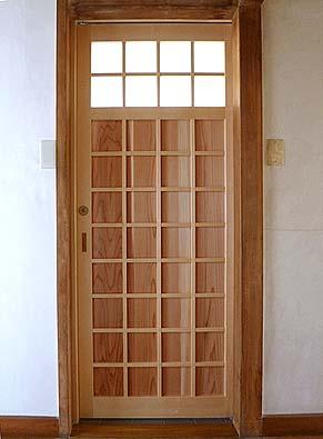 竣工 WC入口戸 正方形をデザインした和風の板戸