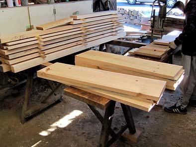 水輪を作るのには赤松の木材を使います。