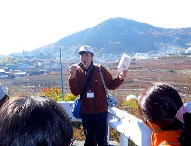千野千石を見渡す場所でお話する松里研究会の土屋さん。お天気にも恵まれて、大変気持ちの良い時を過ごすことができました。ありがとう。