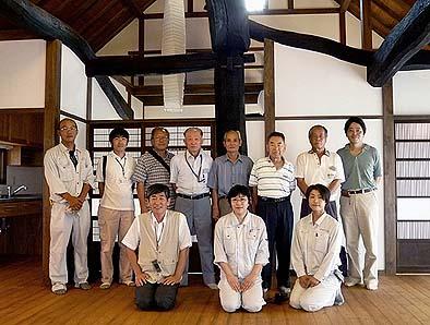 完成したT邸を見学に訪れた中央市の文化財関係者一行 2012年9月14日