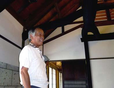 完成したT邸をご覧になって安堵の笑みを浮かべる元所有者の塚田さん 2012年9月14日
