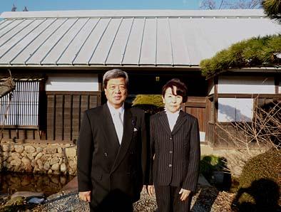 授賞式にお出かけ前に長屋門の前でご夫妻の記念写真