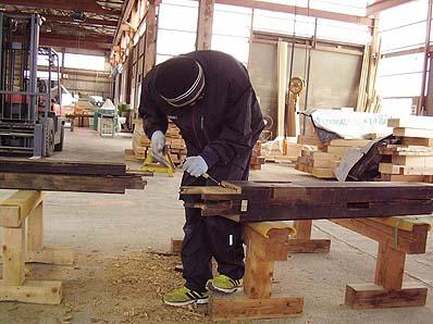 部材修理の様子(部材の腐食箇所を取り除く)
