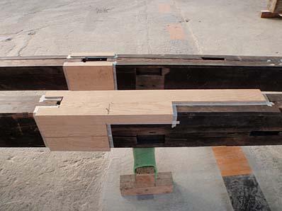 修理の終わった部材(取り除いた部分に新しい木材を継ぎ足す)