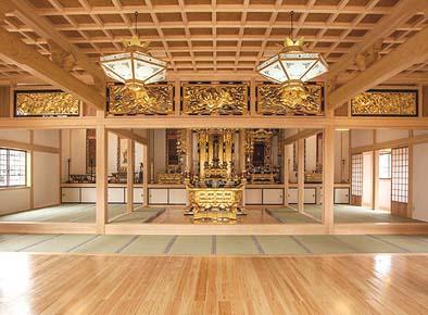 ご本堂竣工 内観(正面より内陣方向を見る)、浄土真宗の本堂らしく、2体の厨子と修理され金箔が新しくなった欄間が華やかで美しい
