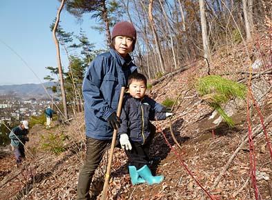 お母さん(弊社 松崎)と大樹君。植樹したばかりの松と。