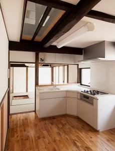 2階からの光で明るい台所から、居間方向を見る。