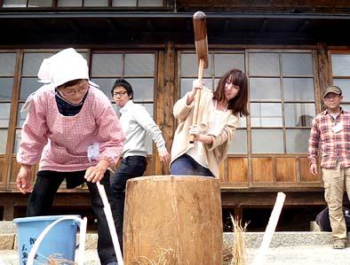 ツアー参加者の方々も杵をふるって餅つきをしました。